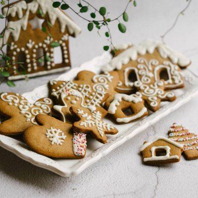 Sviestiniai sausainiai dekoruoti šokoladu