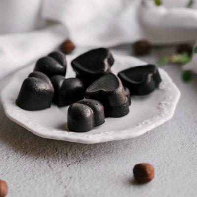 Žaliavalgiški šokoladiniai saldainiai su riešutais